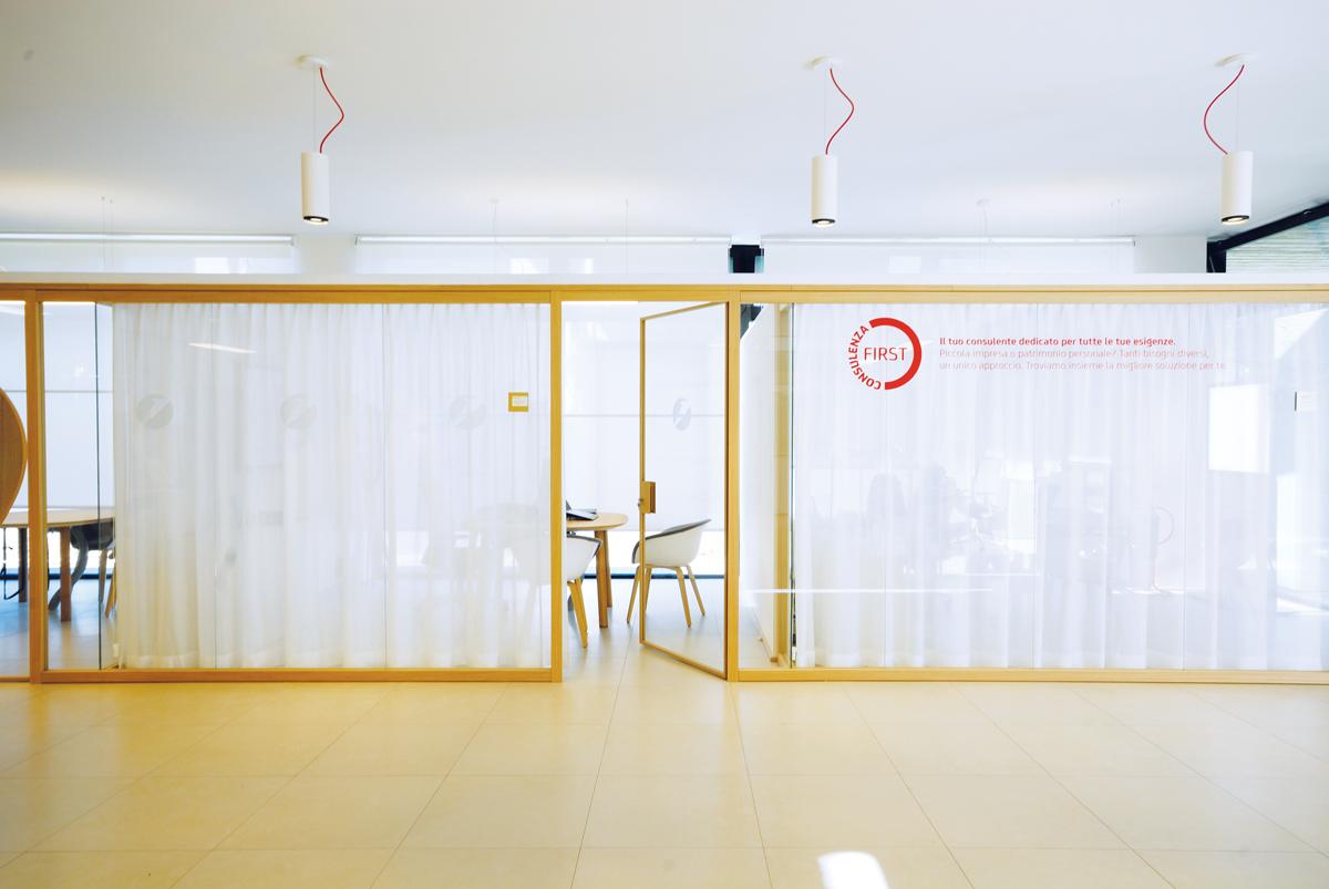 Unicredit reggio emilia designer demountable fitted for Pareti divisorie ufficio low cost